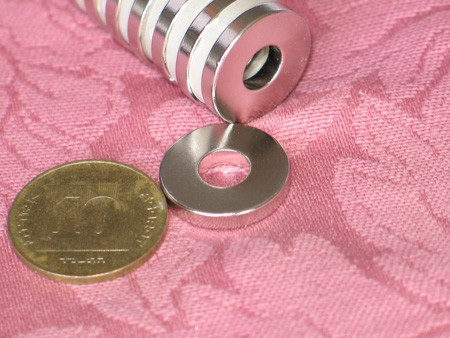 מגנט ניאודימיום טבעת - קוטר חיצוני 18 מ''מ, קוטר פנימי 7 מ''מ, גובה 3 מ''מ (NR-1200)