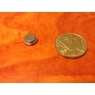 """מגנט ניאודימיום דיסק+ - קוטר עליון 8 מ""""מ קוטר תחתון 10 מ''מ, גובה 3.5 מ''מ (NDS-1400)"""